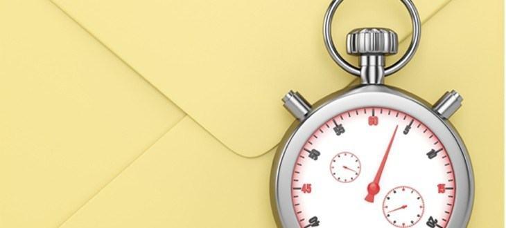 Eine silberne Stoppuhr vor einem beigen Briefumschlag