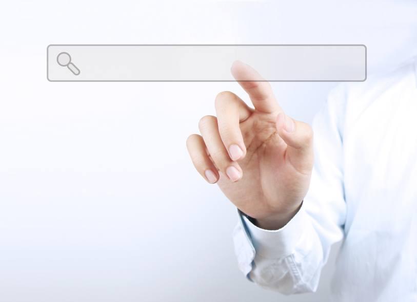 Der Finger eines Geschäftsmannes berührt den Suchschlitz eines virtuellen Bildschirms.