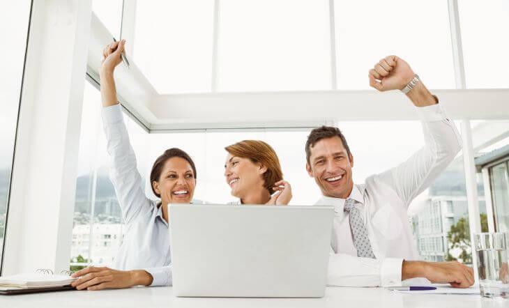 Jubelnde Menschen vor Laptop