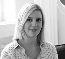 Mitarbeiterfoto von Kim Erlemann in Schwarz-Weiß