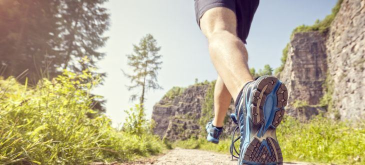 Läufer auf felsigem Weg