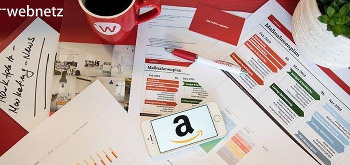 Marktplatz-Marketing Maßnahmepläne auf vollem Schreibtisch