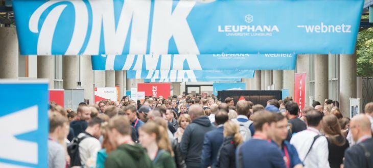 Mehrere Personen in guter Stimmung auf der OMK in Lüneburg