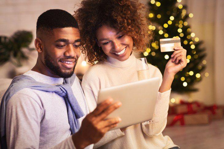 Paar shoppt online