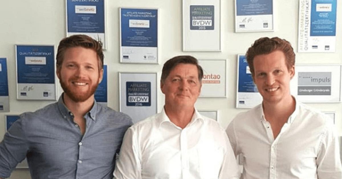 Robert Pietruck, Eckard Pols und Patrick Pietruck vor der web-netz Auszeichnungs-Wand