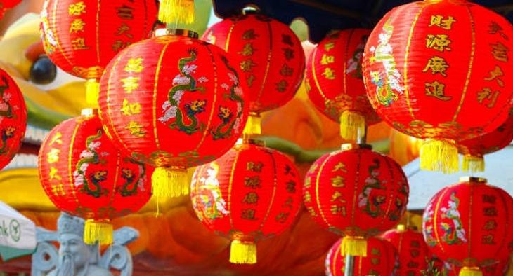 Chinesische Laternen mit chinesischen Schriftzeichen und Drachen