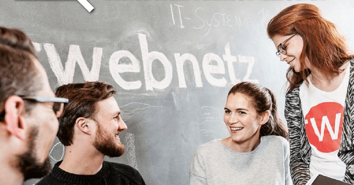 Kai, Max, Claudia und Annika vor der web-netz Tafelwand
