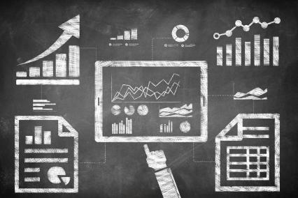 SEO-Analyse dargestellt als Tablet, welches Diagramme und Graphen zeigt