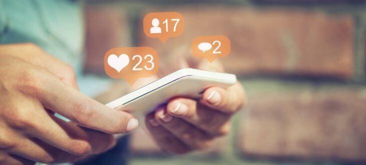 Smartphone mit Social-Media-Interaktionen