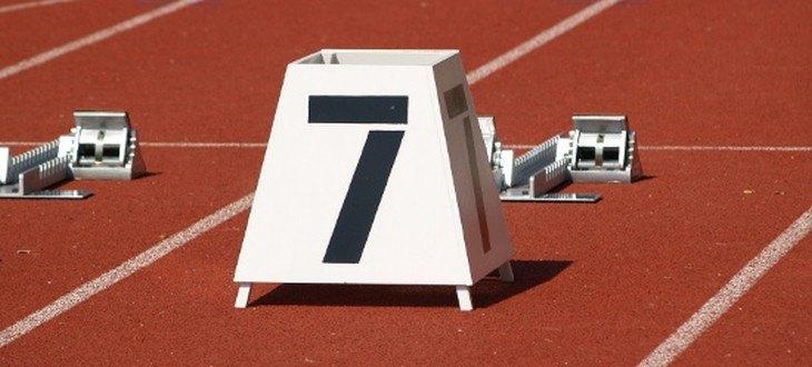 Ein Startblock mit der Nummer 7 auf einer Laufbahn