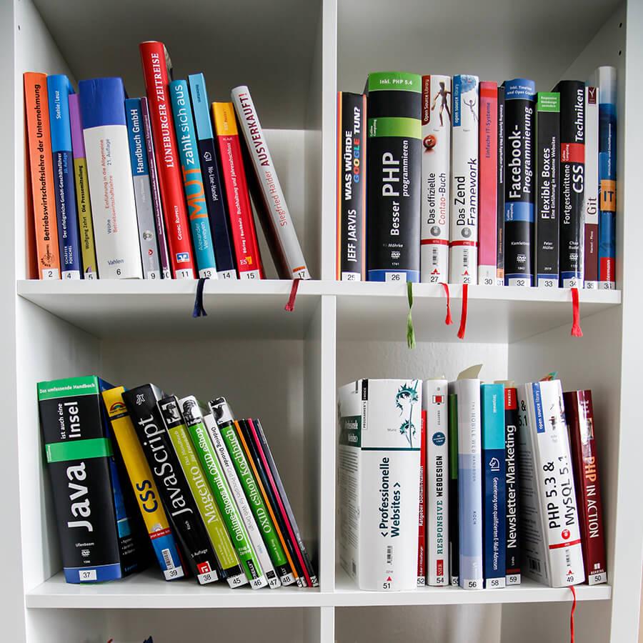 Ein Bücherregal mit vielen Büchern rund um die Online-Marketing-Welt