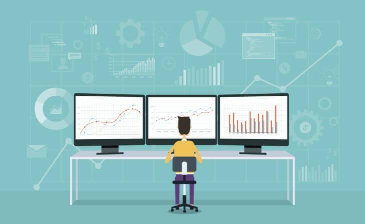 User vor Bildschirmen mit Analysen