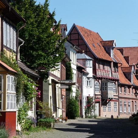 Seitenansicht einer Straße in der Lüneburger Altstadt