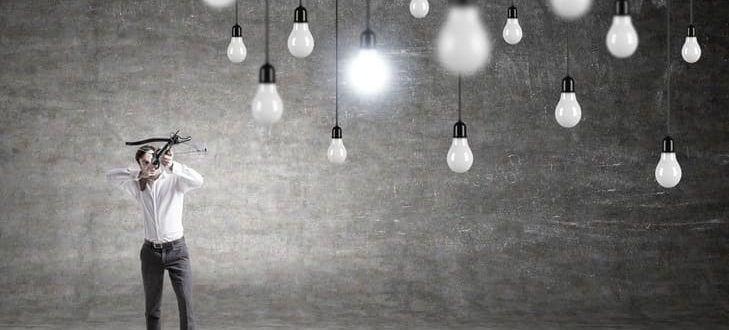 Ein Mann zielt mit einer Armbrust auf Lampen